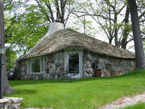 Earl young gnome houses charlevoix michigan atlas obscura for Medium houses