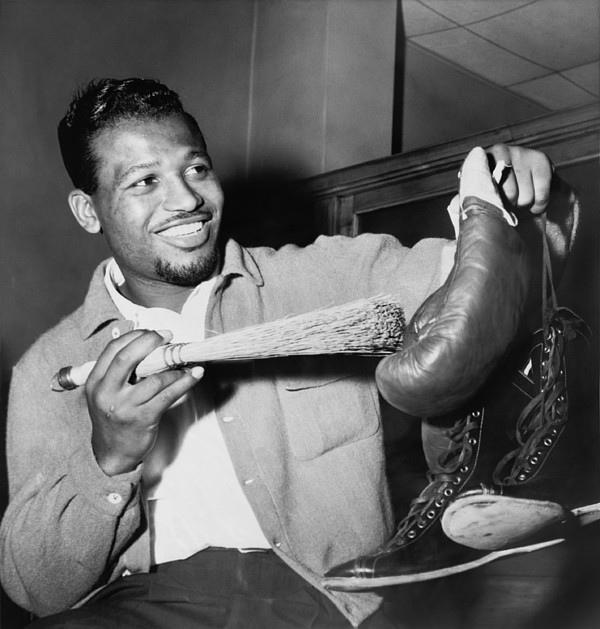History Photograph - Sugar Ray Robinson Dusting by Everett