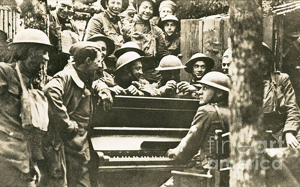 Victory Photograph - Yankee Soldiers Around A Piano by Photo Researchers