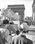 Vintage Painter Photo Posters - Arc de Triomphe Painter - B W Poster by Chuck Staley