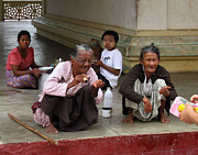 RicardMN Photography - Begging for money in the Shwezigon...