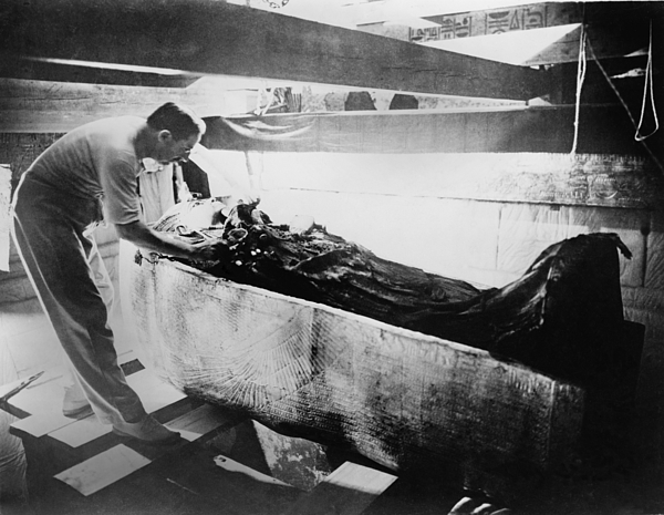 History Photograph - Howard Carter 1874-1939,  Turning Back by Everett