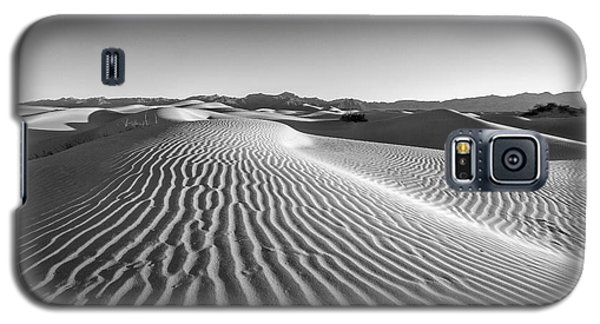 Waves In The Distance Galaxy S5 Case by Jon Glaser