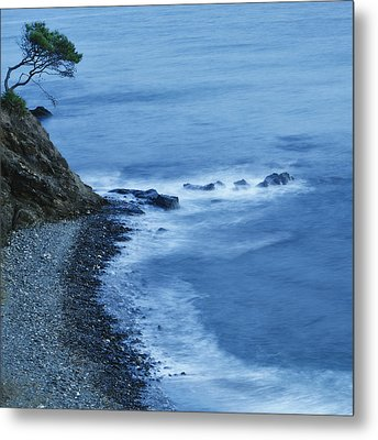 Isolated Tree On A Cliff Overlooking A Metal Print by Ken Welsh
