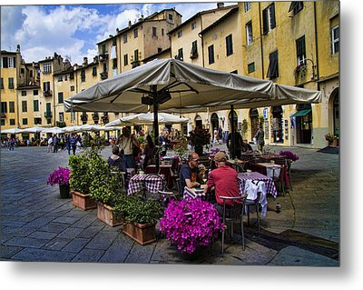 Square Amphitheater In Lucca Italy Metal Print by David Smith