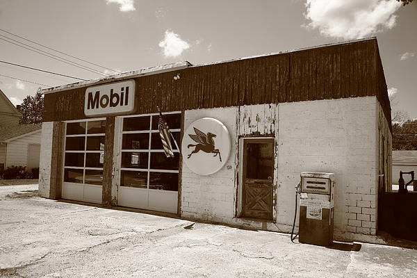 66 Photograph - Route 66 - Rusty Mobil Station by Frank Romeo