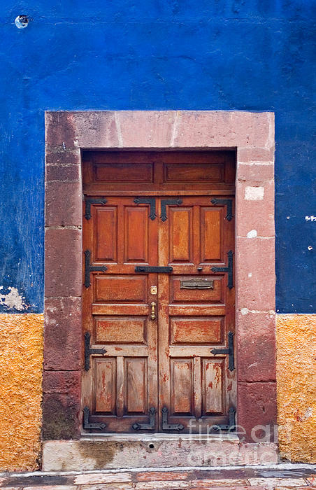 Color Photograph - Door In Blue And Yellow Wall by Oscar Gutierrez