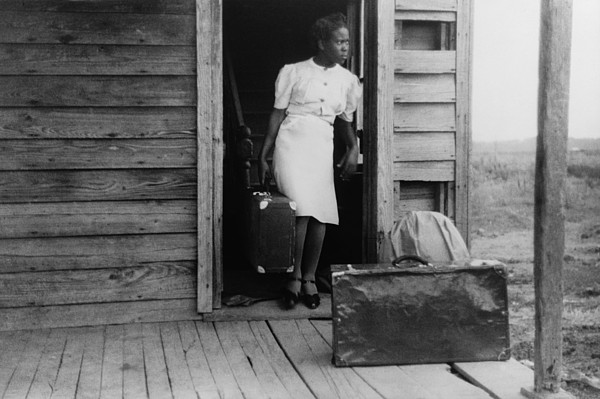 History Photograph - African American Women In A Doorway by Everett