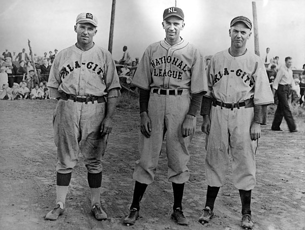 1930s Candid Photograph - Carl Hubbell Ctr Of Nys Giants Fame by Everett