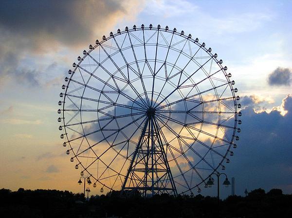 Ferris Wheel Photograph - Giant Ferris Wheel At Sunset by Paul Van Scott