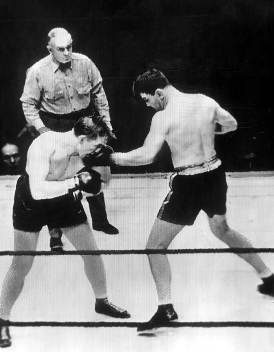 1930s Photograph - James Braddock Right Pummels Tommy Farr by Everett