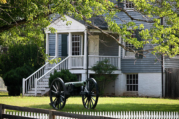 Appomattox Photograph - Peers House And Cannon Appomattox Court House Virginia by Teresa Mucha