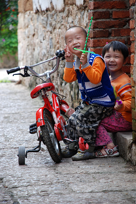 Street Photography Photograph - Laughing Kids by Eva Glykou