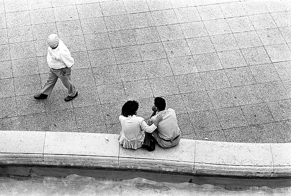 France Photograph - Lovers At Sacre Coeur by Gerry Walden