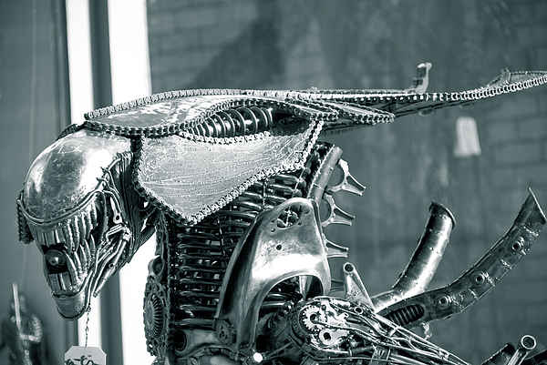 Alien Sculpture - Predator by Yurix Sardinelly