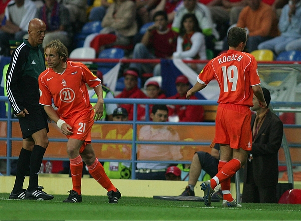 Fussball: EM 2004 in Portugal, NED-CZE Photograph by Andreas Rentz