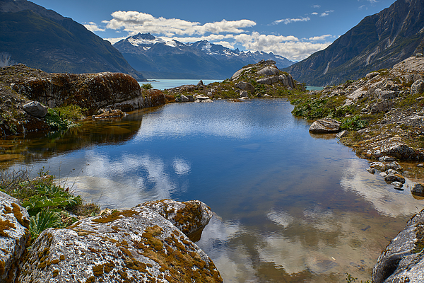 A view of the lake Los Leones from the rocky west shore next to the glacier. Photograph by Fotografías Jorge León Cabello