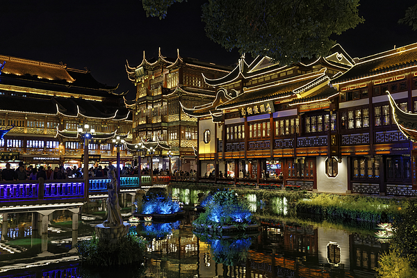 Shanghai, The Yuyuan Bazaar and his pond at dusk. Photograph by a.v.Photography