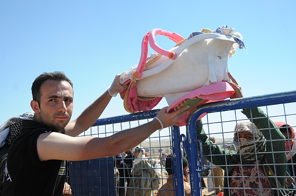 Turkey opens border crossing for Syrians escaping ISIL Photograph by Anadolu Agency