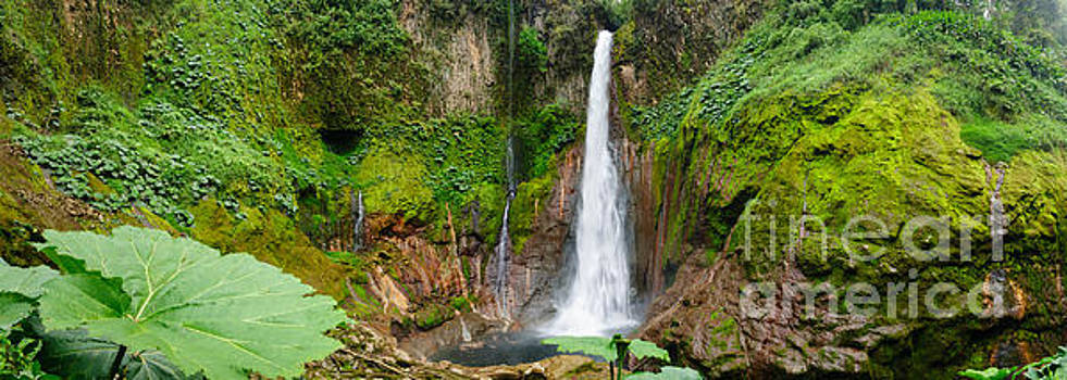 Oscar Gutierrez - Pano Tropical waterfall in volcanic crater