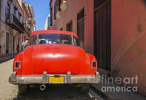 Patricia Hofmeester - Red oldtimer in Havanna