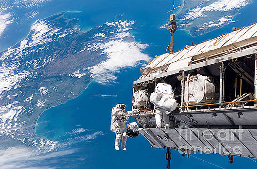 NASA / Science Source - Astronauts Performing Spacewalk