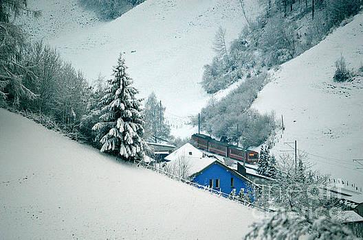 Susanne Van Hulst - The little red train - Winter in Switzerland
