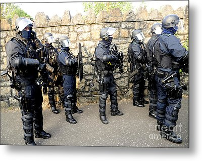 Loyalist Protesters Attack Police Lines Metal Print by Andrew Chittock