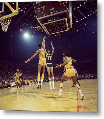 Kareem Abdul Jabbar Shoots Under Pressure Metal Print by Retro Images Archive