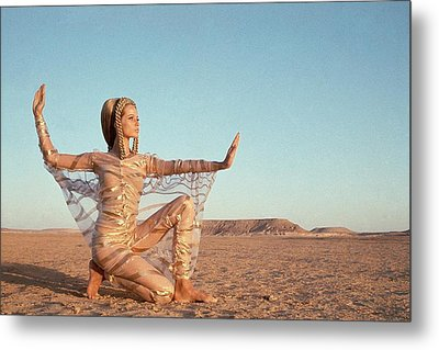 Veruschka Von Lehndorff Posing In A Desert Metal Print by Franco Rubartelli