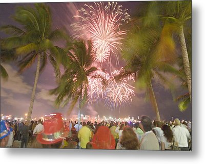 A Crowd Gathered On New Years Eve Metal Print by Mike Theiss