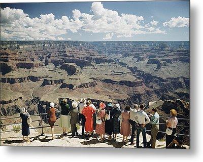 A Group Of Visitors At Hopi Point Metal Print by Justin Locke