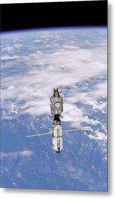 International Space Station In 1999 Metal Print by Everett