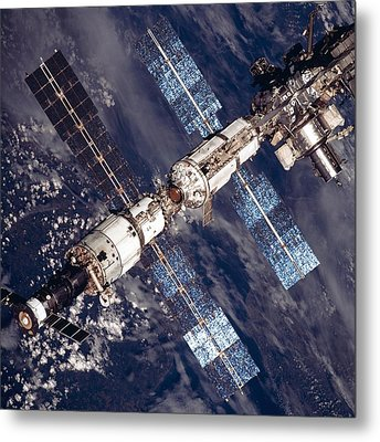 International Space Station In 2001 Metal Print by Everett