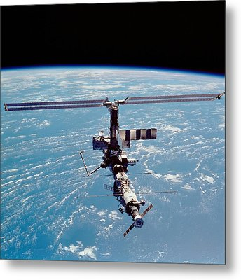 International Space Station In 2002 Metal Print by Everett
