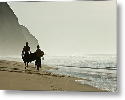 Surfers Metal Print by Daniel Kulinski