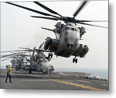 A Ch-53e Super Stallion Lifts Metal Print by Stocktrek Images