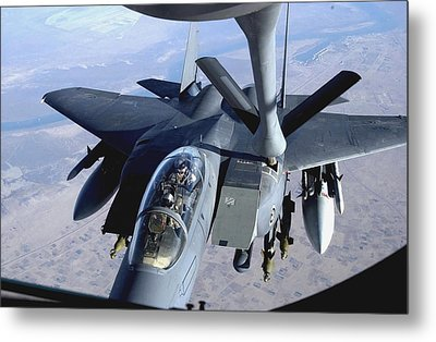 An F-15e Strike Eagle Refuels Over Iraq Metal Print by Stocktrek Images