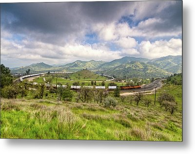 Eastbound Train At The Tehachapi Loop Metal Print