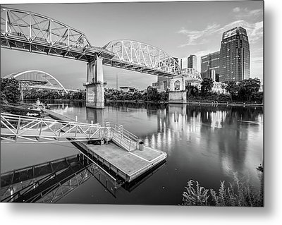 Nashville Pedestrian And Gateway Bridge At Dusk - Black And White Metal Print