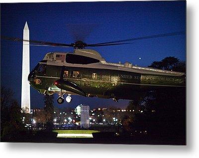 President Obama Reading As Marine One Metal Print by Everett