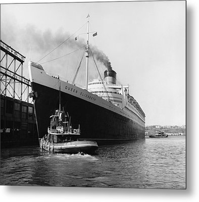 Rms Queen Elizabeth Metal Print by Dick Hanley and Photo Researchers