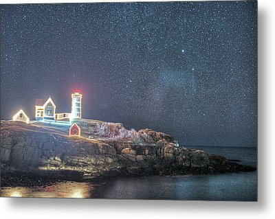 Starry Sky Of The Nubble Light In York Me Cape Neddick Metal Print by Toby McGuire