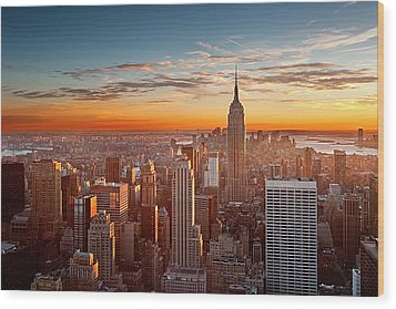 Sunset Over Manhattan Wood Print by Inigo Cia
