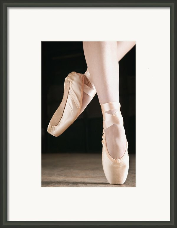Ballet Dancer En Pointe Framed Print By Don Hammond
