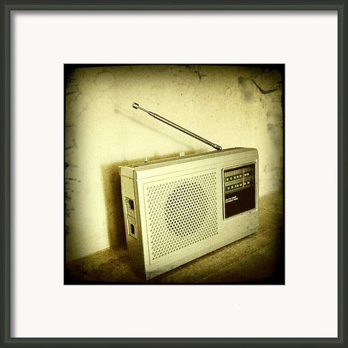 Old Radio Framed Print By Les Cunliffe