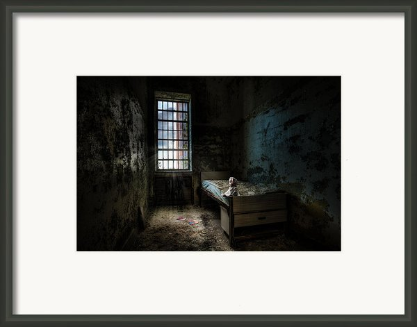 Old Room - Abandoned Places - Room With A Bed Framed Print By Gary Heller