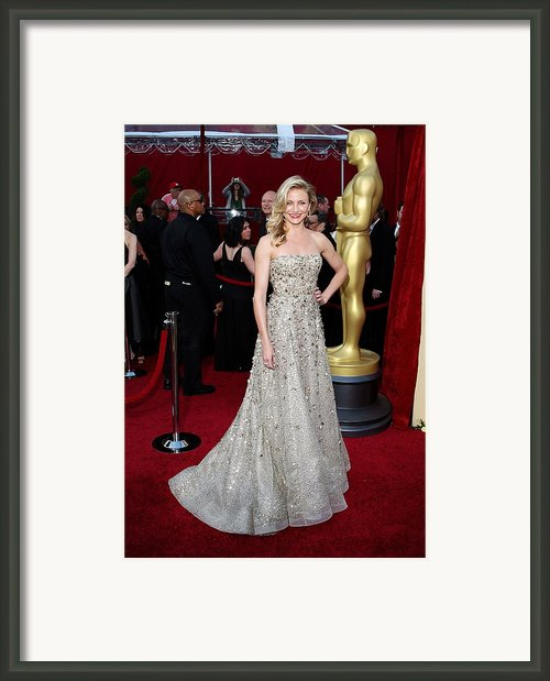 Cameron Diaz Wearing An Oscar De La Framed Print By Everett