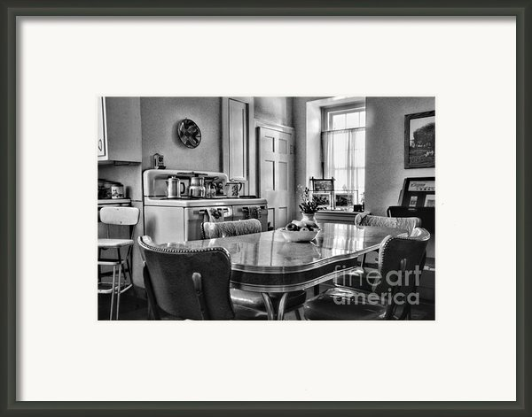 Americana - 1950 Kitchen - 1950s - Retro Kitchen Black And White Framed Print By Paul Ward