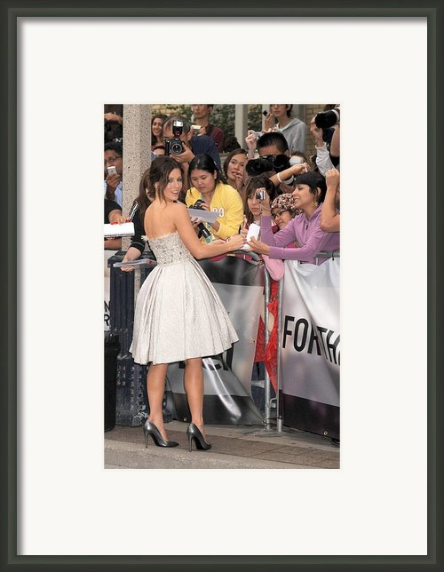 Kate Beckinsale Wearing An Elie Saab Framed Print By Everett